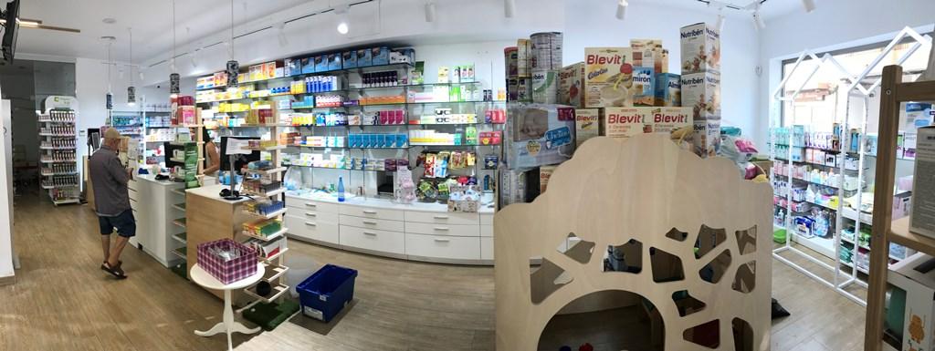 El equipo de la Farmacia Canales de Málaga tras la renovación