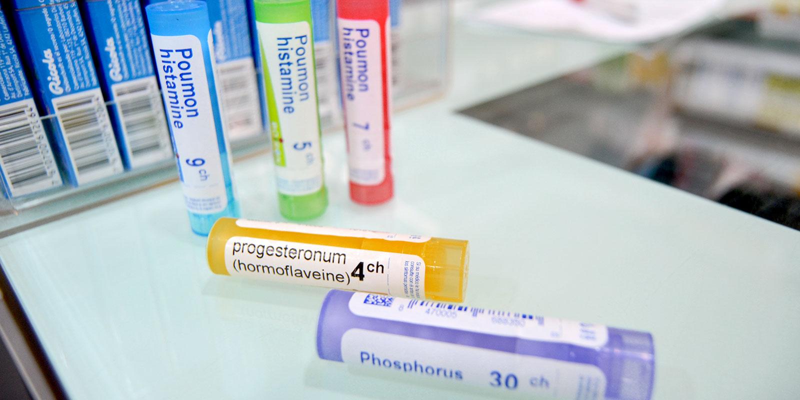 Pequeños envases redondeados de medicamentos homeopáticos. Por fin un robot de farmacia que puede almacenarlos automáticamente.