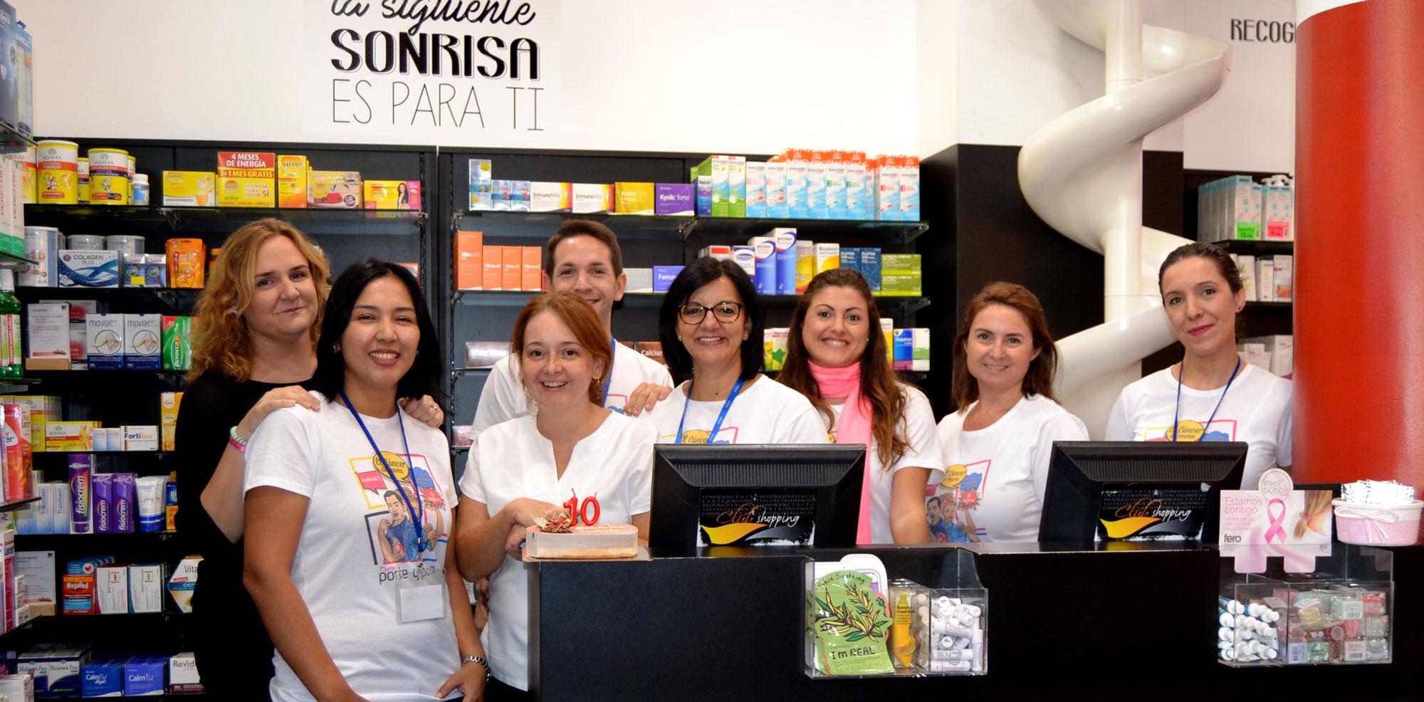 Juan Mirabet junto a las trabajadoras de la farmacia Irene Zabala en Barakaldo