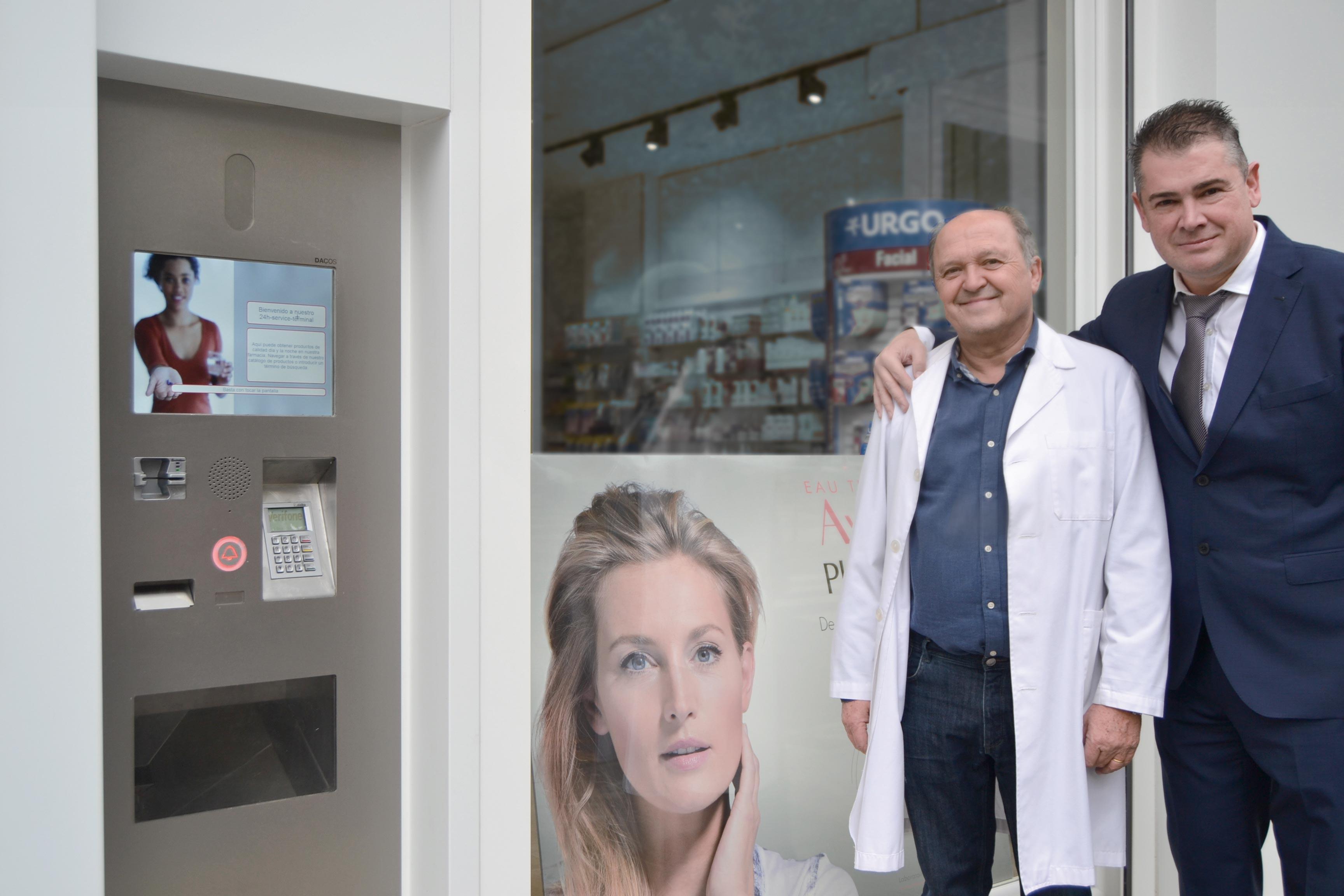 Foto: Heliodoro Collado, titular de la farmacia, y Juan Mirabet, de KLS Pharma Robotics