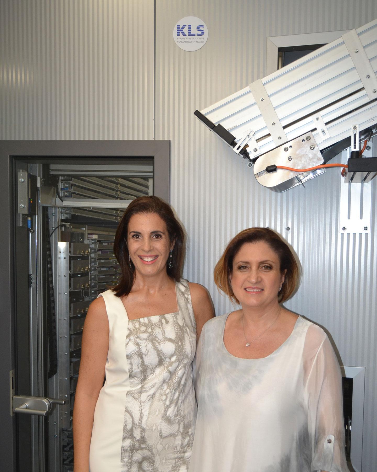 Las propietarias Elia y Ángeles de la Farmacia Elia Marti de Alaquàs orgullosas de su nuevo robot KLS PowerLoad