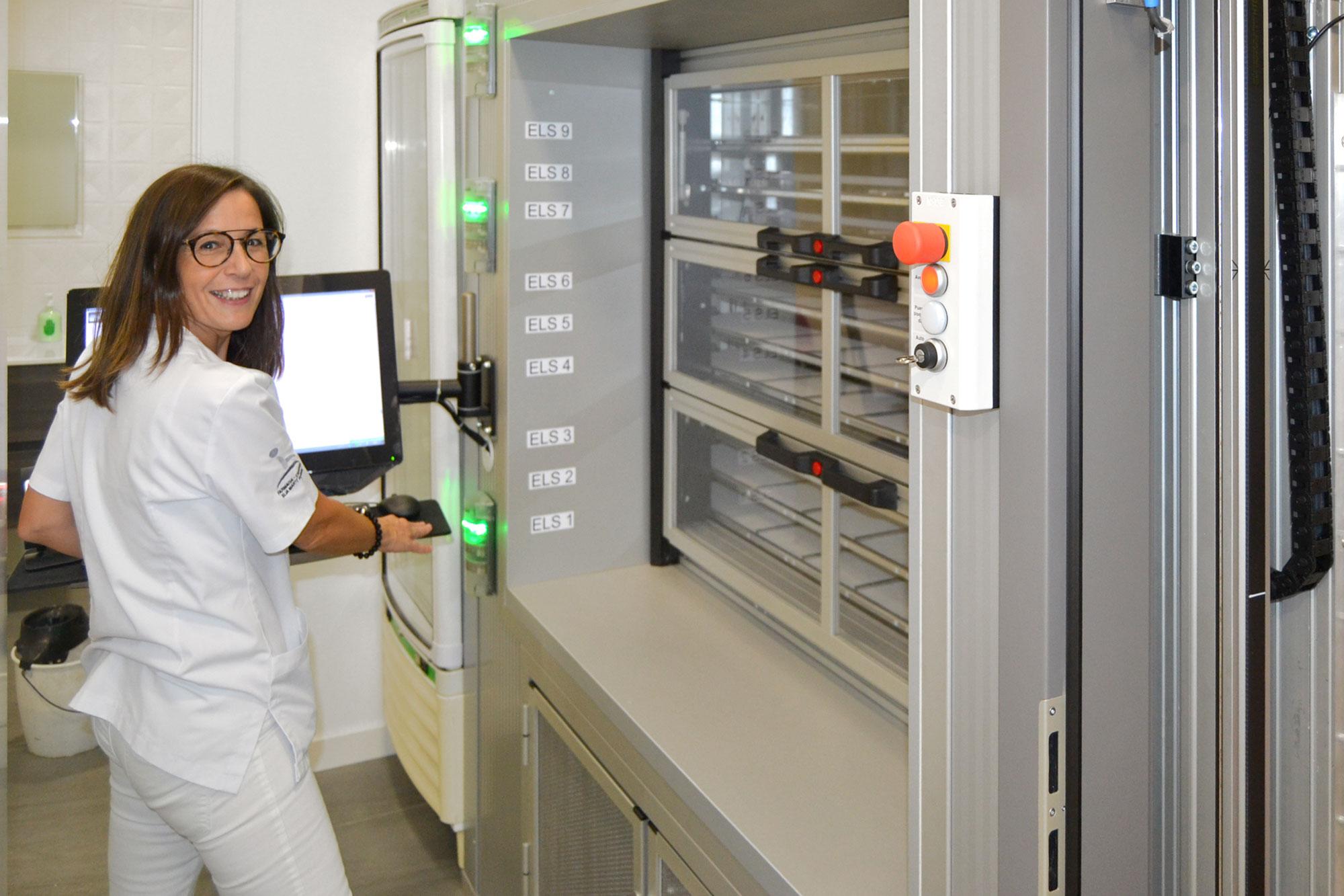 La auxiliar de la Farmacia Elia Marti de Alaquàs trabajando con el robot KLS PowerLoad